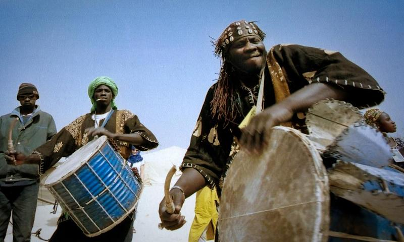 Musicians playing traditional instruments in Mal.