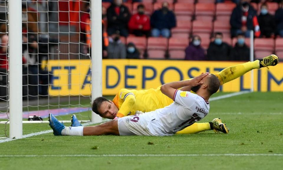 Bryan Mbeumo slides in at the back post but can only divert Brentford's low cross wide of Asmir Begovic's goal.