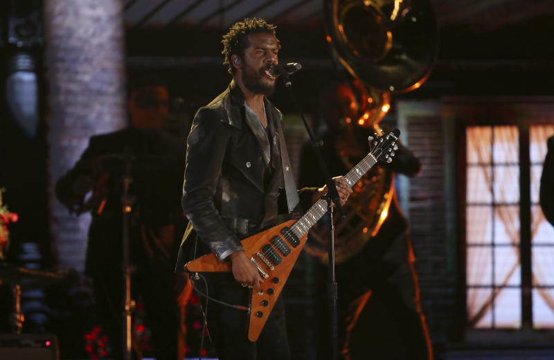 "Gary Clark Jr. interpreta ""This Land"" en la ceremonia de los premios Grammy, el domingo 26 de enero del 2020 en Los Angeles. (Foto por Matt Sayles/Invision/AP)"