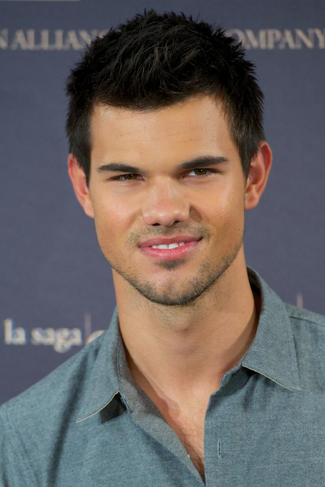 "MADRID, SPAIN - NOVEMBER 15:  Actor Taylor Lautner attends the ""The Twilight Saga: Breaking Dawn - Part 2"" (La Saga Crepusculo: Amanecer Parte 2) photocall at the Villamagna Hotel on November 15, 2012 in Madrid, Spain.  (Photo by Carlos Alvarez/Getty Images)"