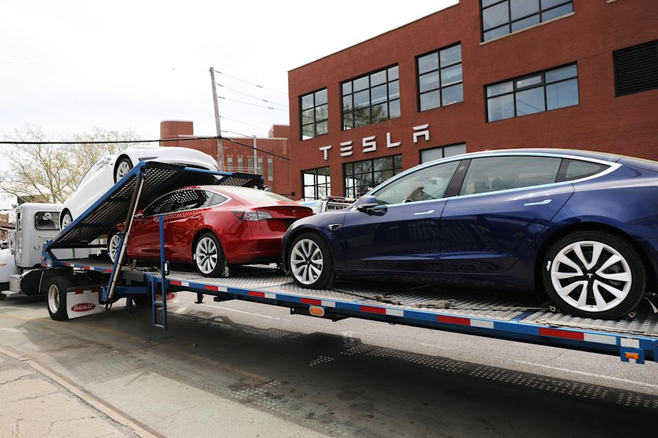 NEW YORK, NEW YORK - APRIL 25: Tesla cars are delivered to a  showroom in Brooklyn on April 25, 2019 in New York City. The electric car company announced on Wednesday that it lost $702 million last quarter. Tesla revenue was also down 37% compared to the prior quarter.  (Photo by Spencer Platt/Getty Images)