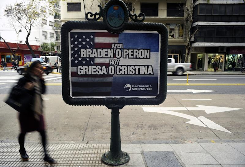 """Billboard placed along an avenue in Buenos Aires showing a poster from the government-related movement supporting the Argentine government in its dispute with the so-called """"holdout"""" hedge funds, on July 29, 2014 (AFP Photo/Juan Mabromata)"""