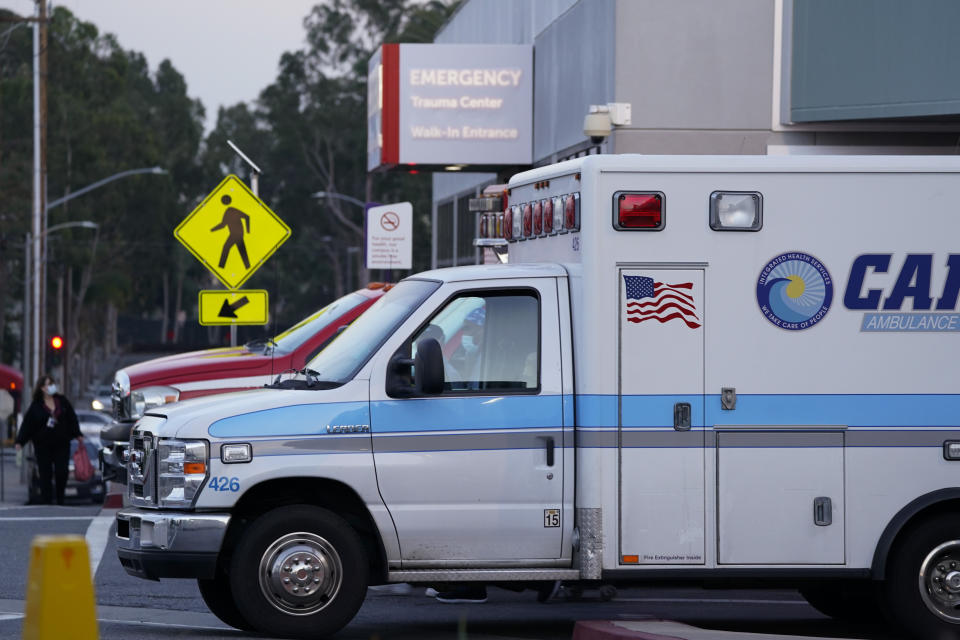 Ambulancias esperan afuera de la sala de emergencias de un hospital en Long Beach, California. (AP Foto/Ashley Landis)