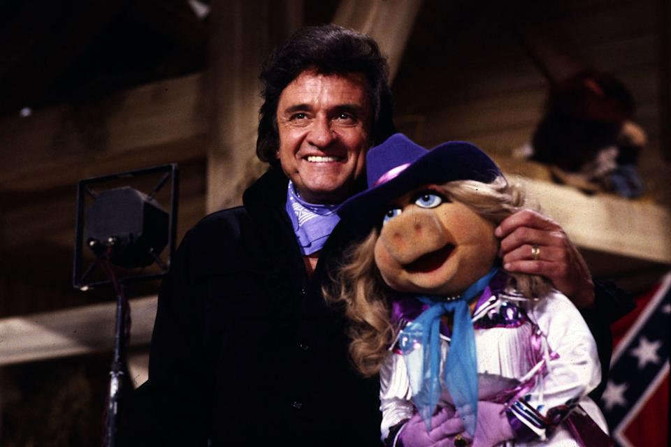 Sänger JOHNNY CASH and Miss Piggy in 'The Muppets Show' (1984) / Überschrift: JOHNNY CASH. (Photo by kpa/United Archives via Getty Images)