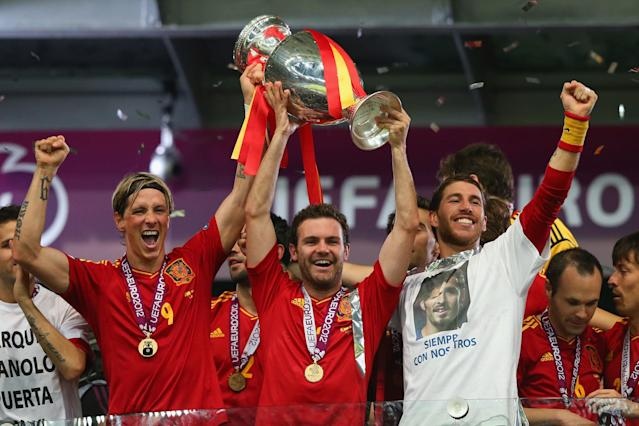 KIEV, UKRAINE - JULY 01: (L-R) Fernando Torres, Juan Mata and Sergio Ramos of Spain lift the trophy after victory during the UEFA EURO 2012 final match between Spain and Italy at the Olympic Stadium on July 1, 2012 in Kiev, Ukraine. (Photo by Handout/UEFA via Getty Images)