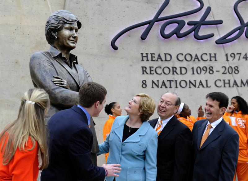 Tennessee women's basketball coach emeritus Pat Summitt, center, looks at the statue unveiled in her honor on Friday, Nov. 22, 2013, in Knoxville, Tenn. With Summitt are, from left to right, her daughter-in-law AnDe Summitt, son Tyler Summitt, UT Chancellor Jimmy Cheek, and director of athletics Dave Hart. (AP Photo/Michael Patrick, Knoxville News Sentinel)