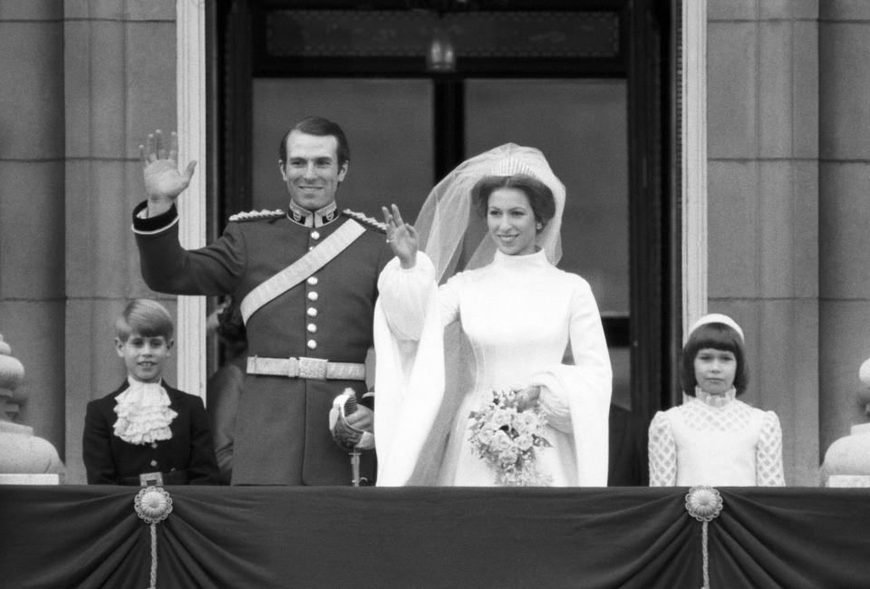 La Princesse Anne et Mark Phillips saluent la foule au balcon du Palais de Buckingham lors de leur mariage le 14 novembre 1973, Royaume-Uni. (Photo by Daniel SIMON/Gamma-Rapho via Getty Images)
