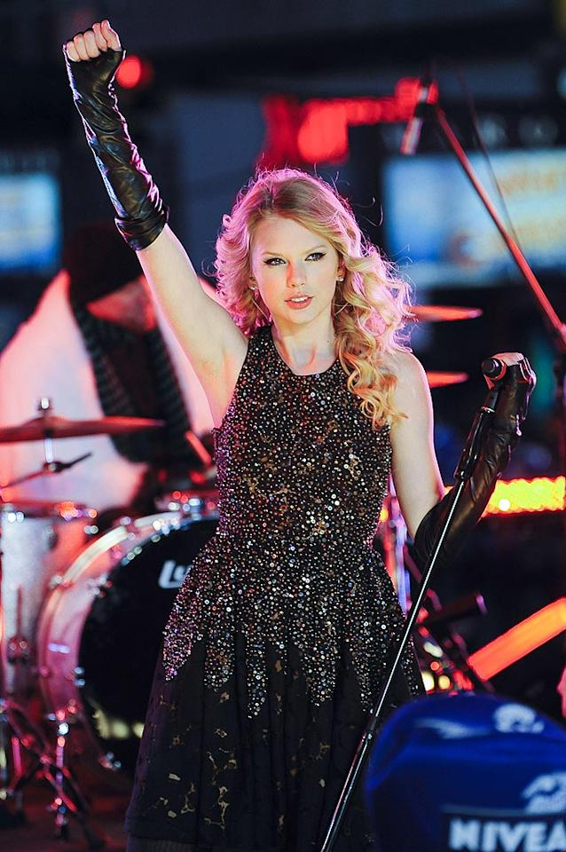 """Taylor Swift braved the cold in Times Square. Wonder what was more awkward -- performing above thousands of people or sharing a stage with her ex Joe Jonas? Ray Tamarra/<a href=""""http://www.gettyimages.com/"""" target=""""new"""">GettyImages.com</a> - December 31, 2008"""