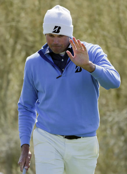 Matt Kuchar reacts to the crowd after chipping onto the first green in the final round of play against Hunter Mahan during the Match Play Championship golf tournament, Sunday, Feb. 24, 2013, in Marana, Ariz. (AP Photo/Julie Jacobson)