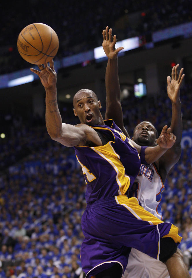 Los Angeles Lakers guard Kobe Bryant, left, passes off in front of Oklahoma City Thunder center Nazr Mohammed, right, in the third quarter of Game 1 in the second round of the NBA basketball playoffs, in Oklahoma City, Monday, May 14, 2012. (AP Photo/Sue Ogrocki)