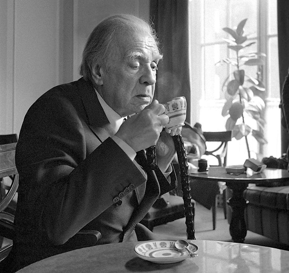 """<span class=""""caption"""">Jorge Luis Borges en 1975.</span> <span class=""""attribution""""><a class=""""link rapid-noclick-resp"""" href=""""https://commons.wikimedia.org/wiki/File:Borges_drinking.jpg"""" rel=""""nofollow noopener"""" target=""""_blank"""" data-ylk=""""slk:Wikimedia Commons / Roberto Pera"""">Wikimedia Commons / Roberto Pera</a></span>"""