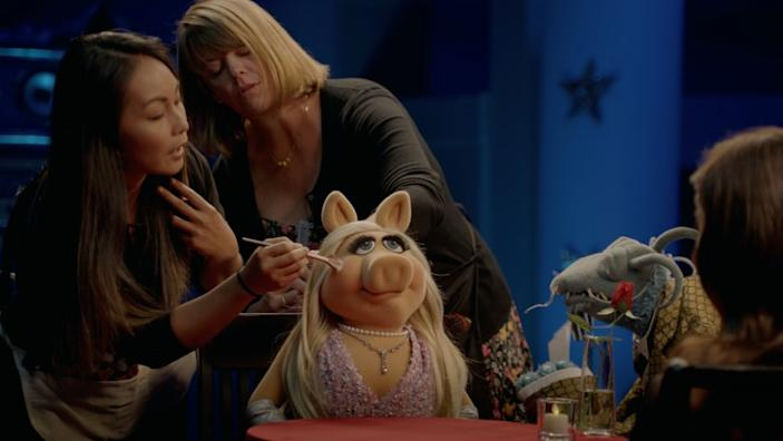 """Miss Piggy gets a touch-up during an interview with Aubrey Plaza on the Disney+ series """"Muppets Now."""" <span class=""""copyright"""">(Disney+)</span>"""