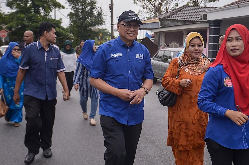Umno's Datuk Mohd Puad Zarkashi (centre) that he felt the Tan Sri Muhyiddin Yassin administration has not lived up to expectations, especially when it comes to the economy. — Picture by Mukhriz Hazim