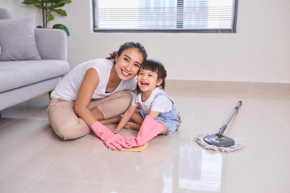 Mum and child cleaning house (Alamy/PA)