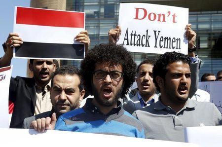 Arab students shout slogans, carry banners and a Yemeni national flag during a protest against Saudi-led air strikes on Yemen, in front of the offices of the U.N. headquarters in Beirut April 1, 2015. REUTERS/Mohamed Azakir