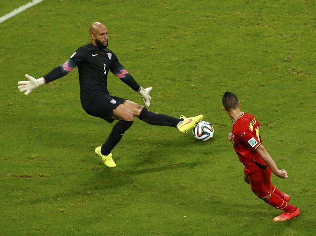 Goalkeeper Tim Howard of the U.S. blocks a shot by Belgium's Kevin Mirallas (R) during their 2014 World Cup round of 16 game at the Fonte Nova arena in Salvador July 1, 2014. REUTERS/Ruben Sprich (BRAZIL - Tags: SOCCER SPORT WORLD CUP)
