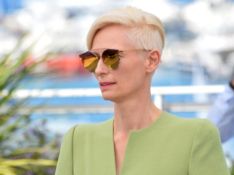 Schauspielerin Tilda Swinton setzt regelmäßig auf ausdrucksstarke Looks mit Schulterpolstern. (Bild: Featureflash Photo Agency/Shutterstock.com)
