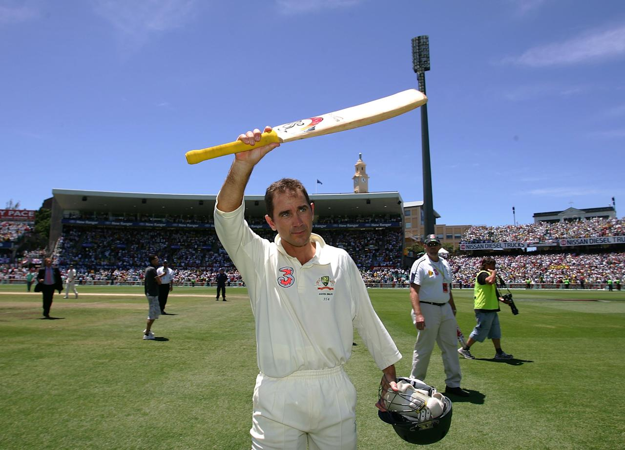 SYDNEY, AUSTRALIA - JANUARY 05:  Justin Langer of Australia salutes the crowd at the end of day four of the fifth Ashes Test Match between Australia and England at the Sydney Cricket Ground on January 5, 2007 in Sydney, Australia.  (Photo by Hamish Blair/Getty Images)