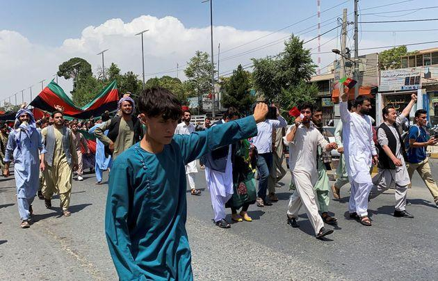 People carry the national flag at a protest held during the Afghan Independence Day in Kabul, Afghanistan August 19, 2021. (Photo: REUTERS/Stringer)