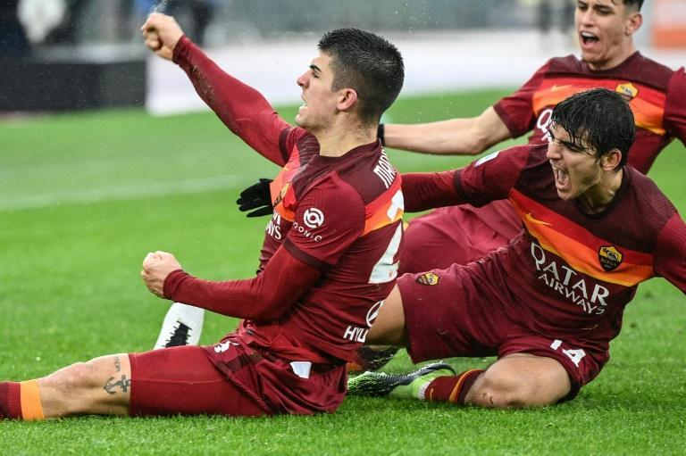 Roma defender Gianluca Mancini (L) celebrates after grabbing a late equaliser against Inter Milan.