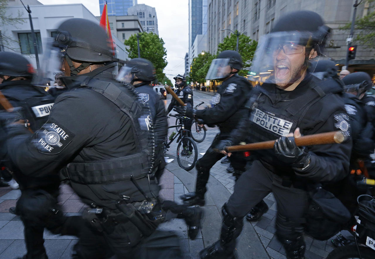 <p>Seattle Police officers move in to make an arrest, Monday, May 1, 2017, during a May Day protest in Seattle. (AP Photo/Ted S. Warren) </p>