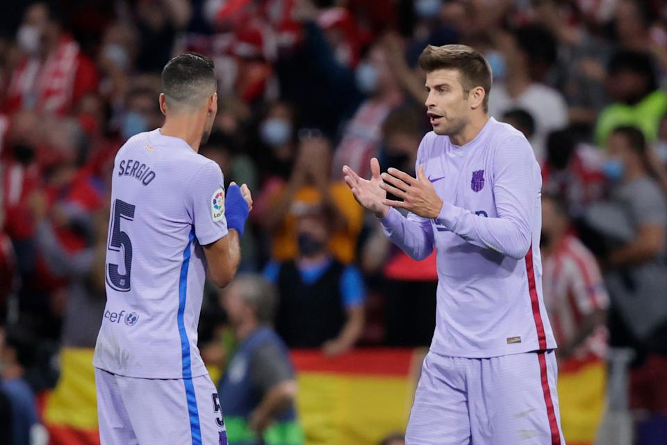 MADRID, SPAIN - OCTOBER 2: Sergio Busquets of FC Barcelona, Gerard Pique of FC Barcelona arguing  during the La Liga Santander  match between Atletico Madrid v FC Barcelona at the Estadio Wanda Metropolitano on October 2, 2021 in Madrid Spain (Photo by David S. Bustamante/Soccrates/Getty Images)
