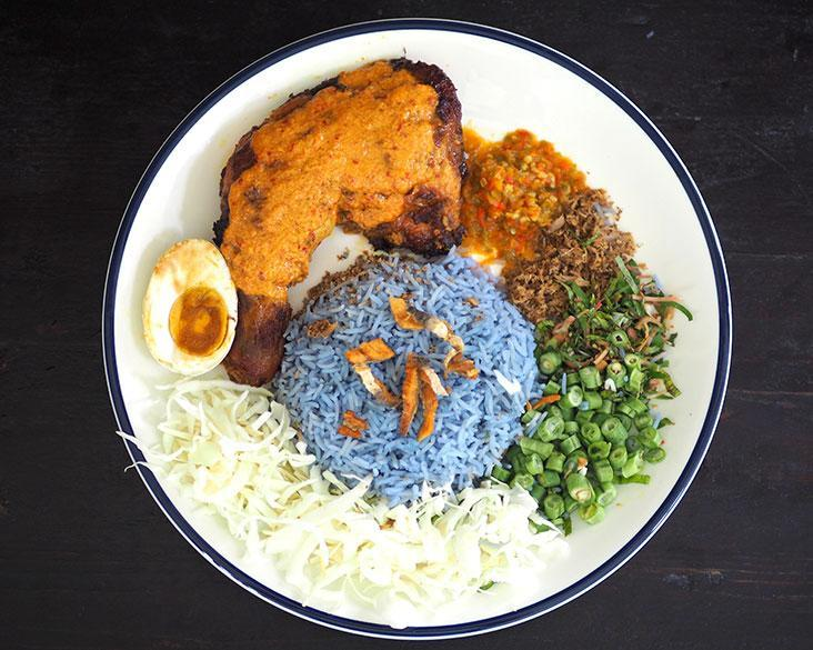 If you prefer a different flavour, the 'nasi kerabu' is a mix of rice with vegetables, herbs and their own-made 'kerisik ikan'