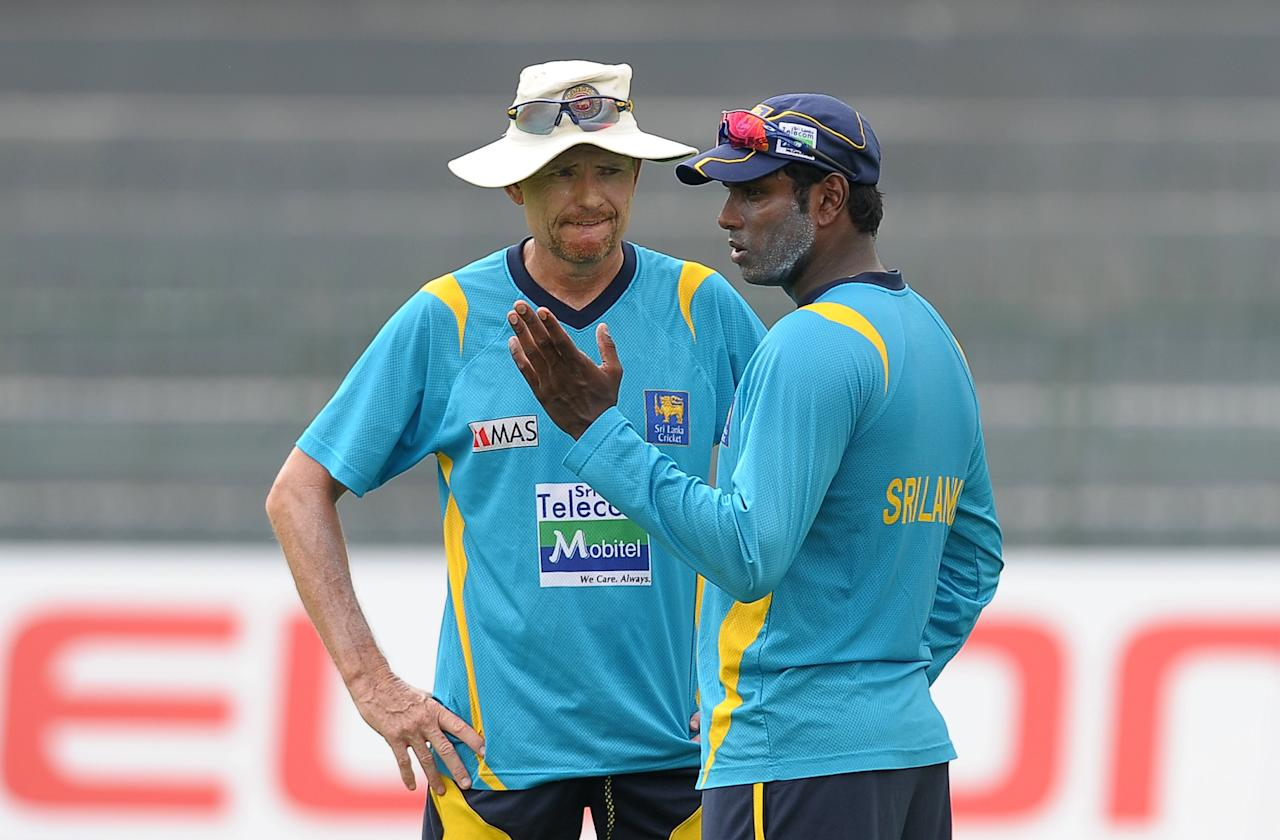 Sri Lanka's cricket captain Angelo Mathews (R) speaks with team coach Graham Ford (L) during a practise session at the R. Premadasa Cricket Stadium in Colombo on March 15, 2013. Favourites Sri Lanka will be desperate to deliver when they clash with a buoyant Bangladesh in the second and final Test starting in Colombo on Saturday. AFP PHOTO/ LAKRUWAN WANNIARACHCHI