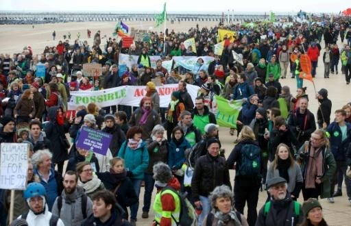 Crowds march, Pope urges 'courage' as climate talks reach crunch