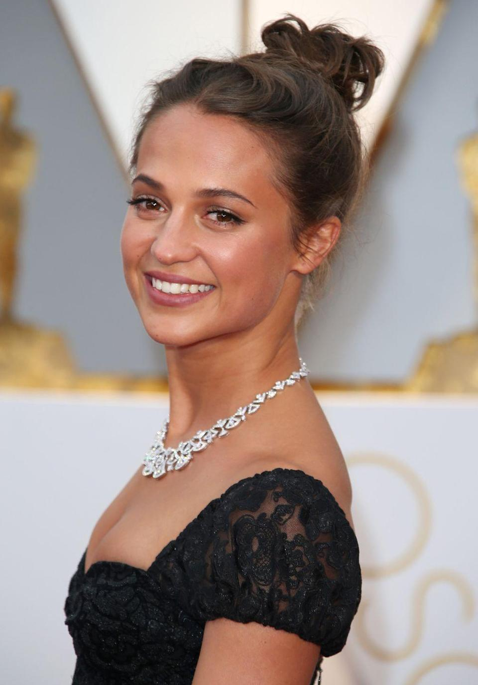 "<p><strong>Correction pronunciation: </strong>Ah-liss-ee-ah Vic-and-er</p><p><strong>Tip: </strong>The Oscar winner explained the Americanized version of her surname to <a href=""https://www.youtube.com/watch?v=lz6iHGCkw-o"" rel=""nofollow noopener"" target=""_blank"" data-ylk=""slk:Jimmy Kimmel"" class=""link rapid-noclick-resp"">Jimmy Kimmel</a>. Warning: The Swedish version is much trickier. </p>"
