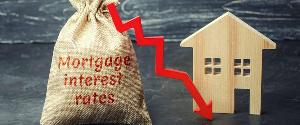 Bag with the money and the word Mortgage interest rates and arrow to dow, representing falling mortgage rates.