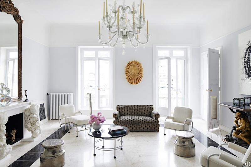A Murano chandelier crowns the living room; sculptures by Creten and Othoniel.