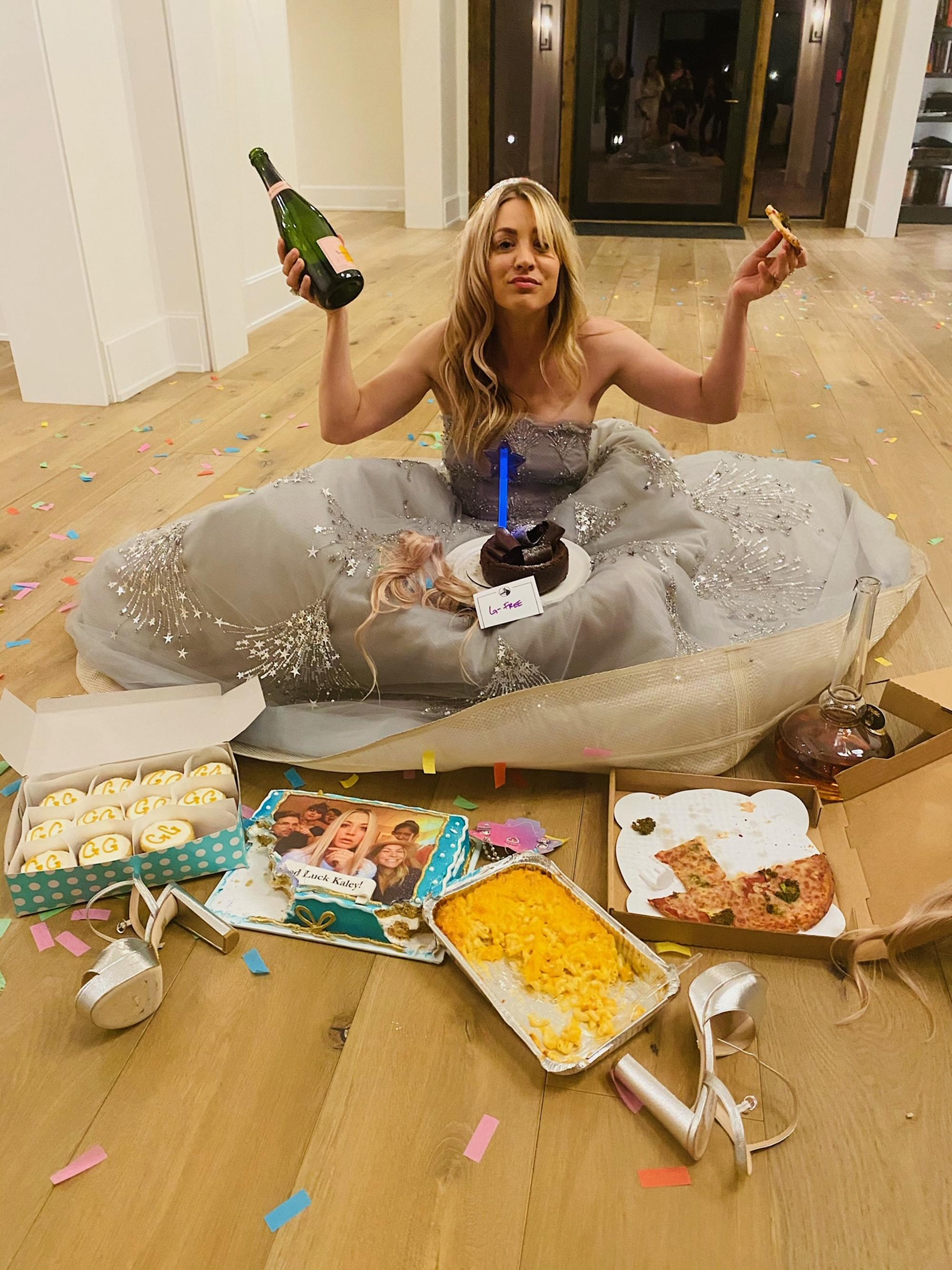 Kaley Cuoco documents her Golden Globes loss with champagne, pizza and so much cake - Yahoo Entertainment