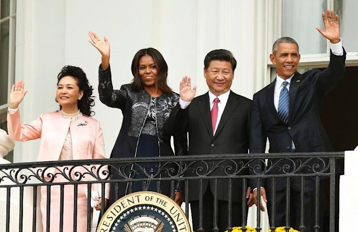 US President Barack Obama (right) with Chinese President Xi Jinping, First Lady Michelle Obama and Madame Peng Liyuan (left) wave during a welcome ceremony at the White House in Washington for the first state visit on September 25, 2015 (AFP Photo/Yuri Gripas)