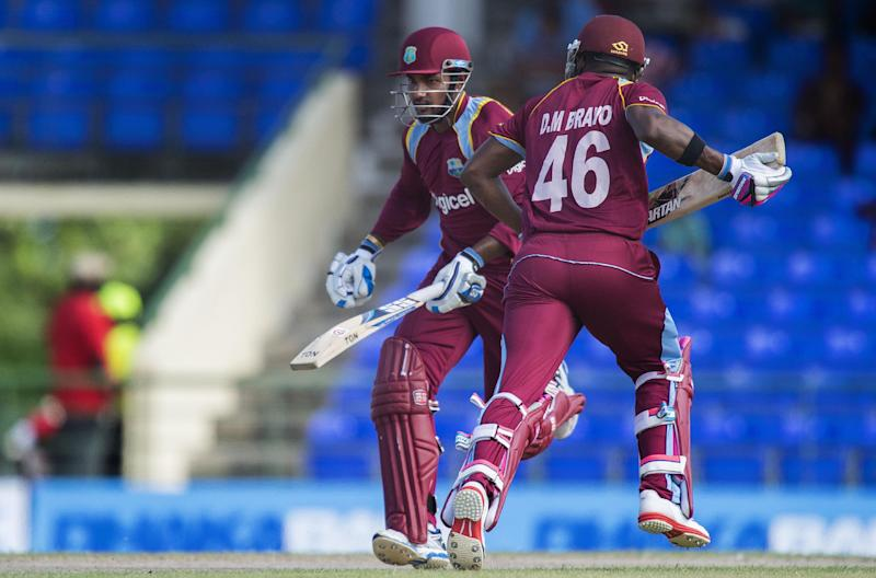 West Indies batmen Denesh Ramdin (L) and Darren Bravo take a run during the third one-day international against Bangladesh at the Warner Park cricket ground in Basseterre, St Kitts and Nevis, August 25, 2014 (AFP Photo/Jim Watson)