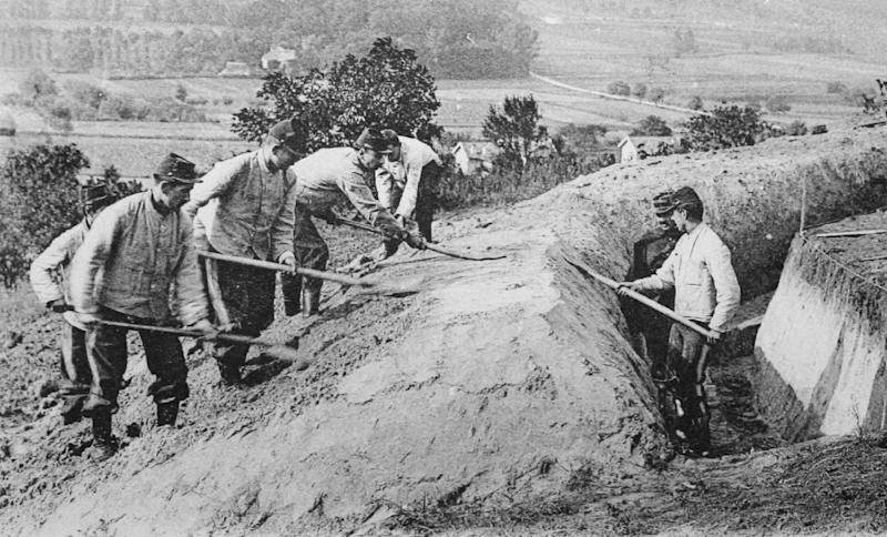 A picture of a post card released by the Historial de Péronne, Museum of WW1, shows French soldiers digging a trench during the First Battle of the Marne (AFP Photo/)