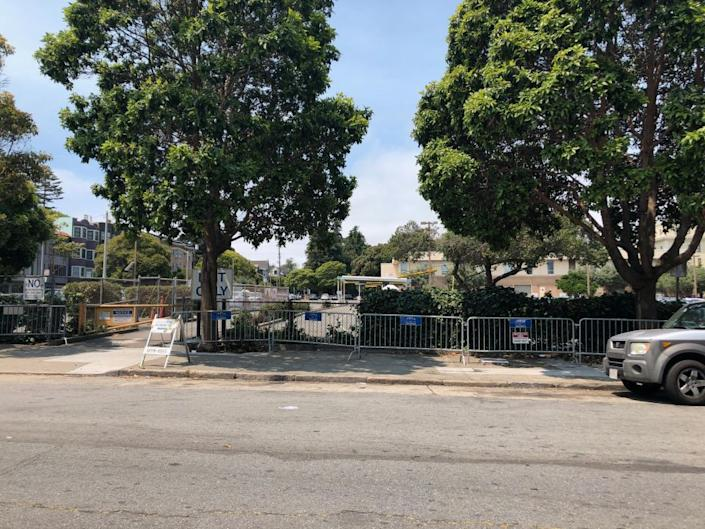 Broderick is clear of tents, but as of today about 8 remain at the DMV camp along Oak. The 730 Stanyan site has been at capacity since opening. <b>| Photo: Camden Avery/Hoodline</b>