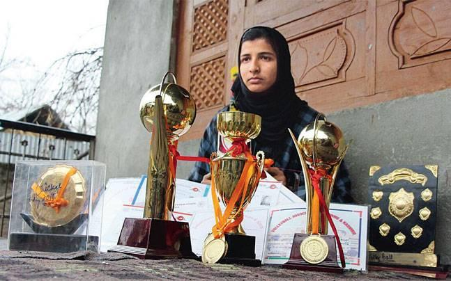 Breaking stereotypes, this J-K schoolgirl is quite a match for boys in cricket, wants to meet Virat Kohli
