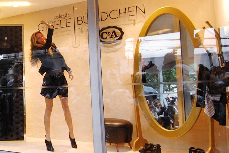 Brazilian top model Gisele Bundchen poses for photographers from the window of a branch of French shop C&A, in Sao Paulo, on April 28, 2011 during the promotion of a new C&A collection (AFP Photo/Thiago Teixeira)