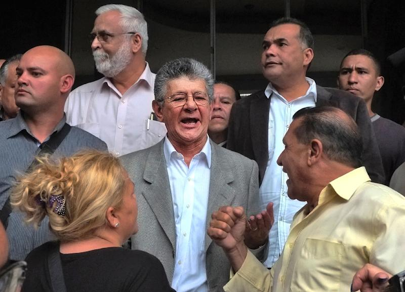 The new president of the National Assembly, deputy Henry Ramos Allup (C) is denied entry to his new office in Caracas, on January 4, 2016 (AFP Photo/Juan Barreto)