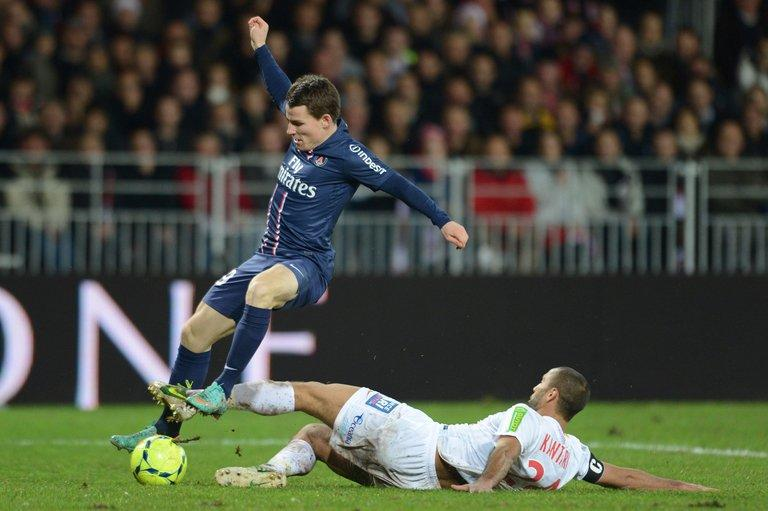 Brest's defender Ahmed Kantari (R) vies for the ball with Paris's forward Kevin Gameiro (L) on December 21, 2012