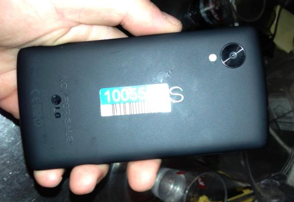 Nexus 5 photographed in a bar: LG G2 to the core