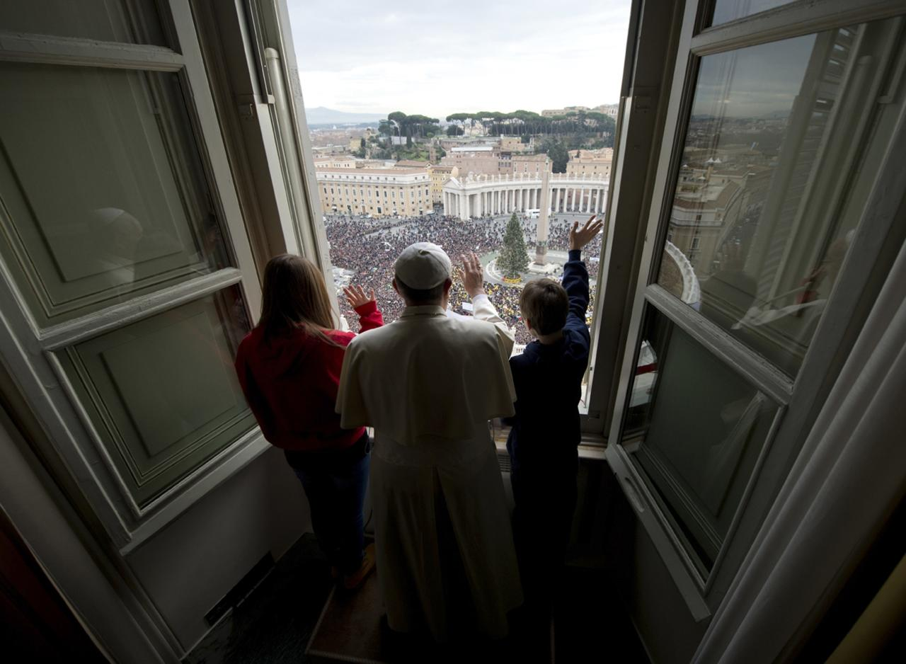 REFILE - CORRECTING NAME OF POPE Pope Francis (C) waves with children after he delivered the Angelus prayer at the Vatican January 26, 2014. REUTERS/Osservatore Romano (VATICAN - Tags: RELIGION)   ATTENTION EDITORS - NO SALES. NO ARCHIVES. FOR EDITORIAL USE ONLY. NOT FOR SALE FOR MARKETING OR ADVERTISING CAMPAIGNS. THIS IMAGE HAS BEEN SUPPLIED BY A THIRD PARTY. IT IS DISTRIBUTED, EXACTLY AS RECEIVED BY REUTERS, AS A SERVICE TO CLIENTS