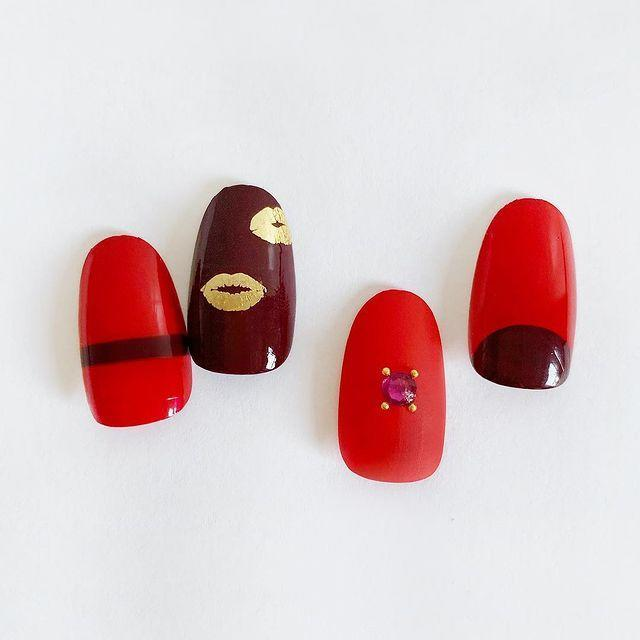 """<p>A golden lip print on a dark maroon base is a nail art look we'll be wearing even when it's not February 14.</p><p><a href=""""https://www.instagram.com/p/BrSyv8DnvGY/"""" rel=""""nofollow noopener"""" target=""""_blank"""" data-ylk=""""slk:See the original post on Instagram"""" class=""""link rapid-noclick-resp"""">See the original post on Instagram</a></p>"""