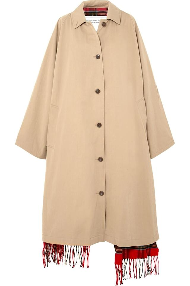 "<p><strong>Vetements</strong></p><p>Trench-coat réversible en gabardine de coton et laine, 2 560 euros</p><a rel=""nofollow"" href=""https://www.vogue.fr/mode/shopping/diaporama/les-beaux-trenchs-tendance-mode-de-lautomne-hiver/53256"">Lire la suite sur Vogue.fr</a>"