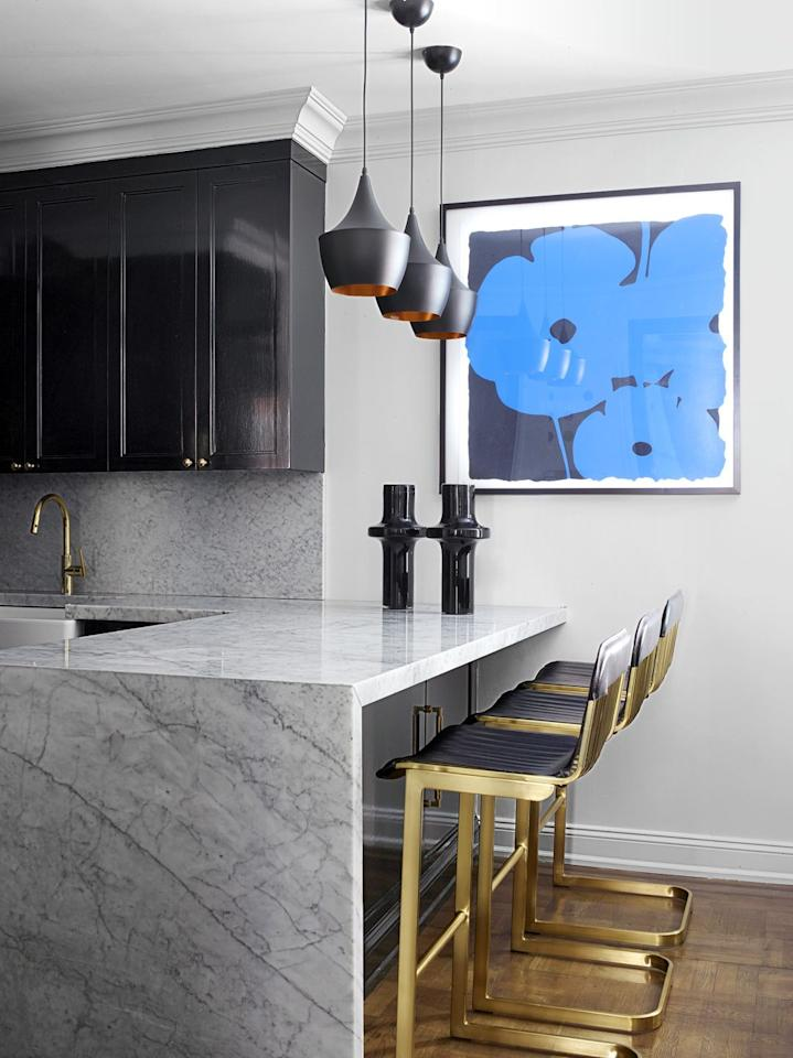 "<p>This <a href=""https://www.elledecor.com/design-decorate/house-interiors/a25225425/new-york-bachelor-pad-remodel-malcolm-carfrae-john-wattiker/"" target=""_blank"">snug bachelor pad kitchen</a> features big design moments, with a sleek Carrara marble countertop, brass barstools by CB2, and pendants by Tom Dixon, all of which make a statement while taking up minimal visual real estate. </p>"