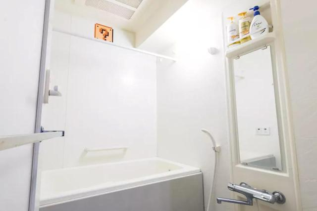 <p>It also has a sizeable bathtub. </p>