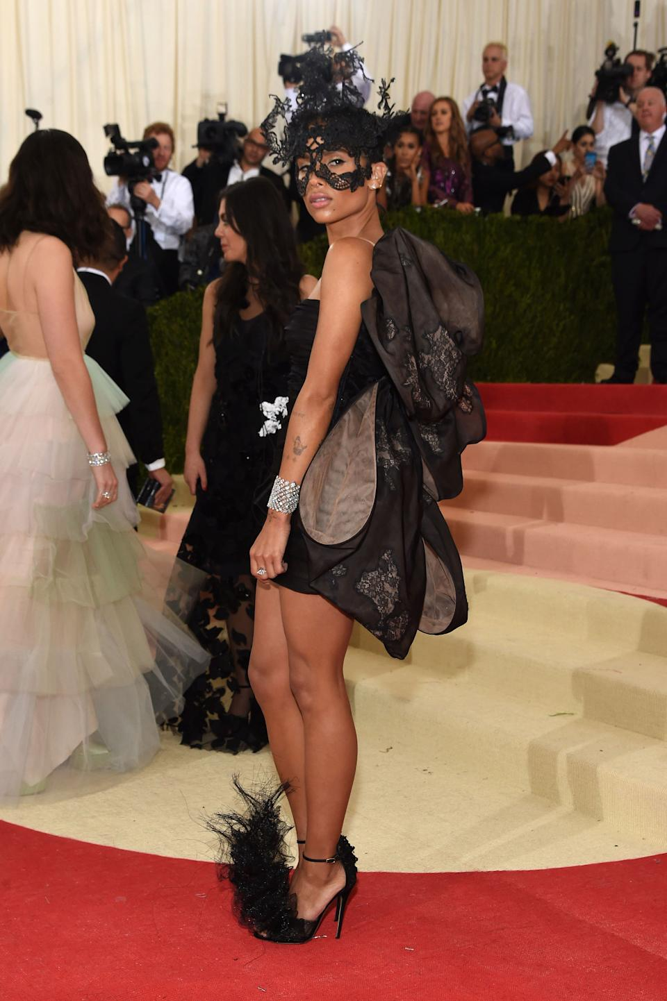 """<h1 class=""""title"""">Zoë Kravitz in a Valentino Haute Couture dress and mask and Messika jewelry</h1><cite class=""""credit"""">Photo: Getty Images</cite>"""