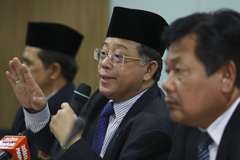 Azih said that the salary of many civil servants are still not in line with the rise in living costs. — Picture by Yusof Mat Isa.
