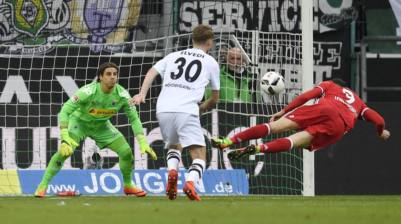 Bayern's Robert Lewandowski, right, misses to head a goal against Moenchengladbach goalkeeper Yann Sommer, left, during the German Bundesliga soccer match between Borussia Moenchengladbach and Bayern Munich in Moenchengladbach, Germany, Sunday, March 19, 2017. (AP Photo/Martin Meissner)